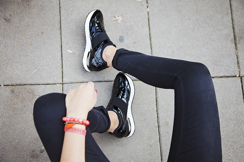 what sneakers to wear with skinny jeans